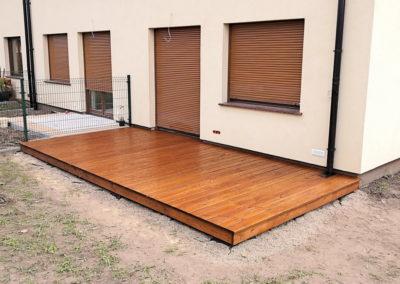 drewniany taras na gruncie