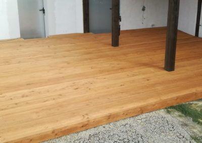 taras drewniany na nierównym betonie