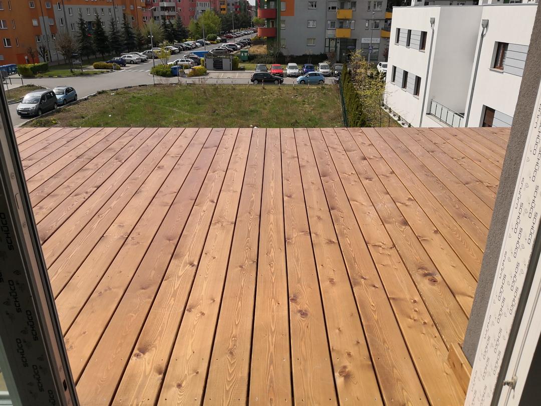 taras z drewna na piętrze