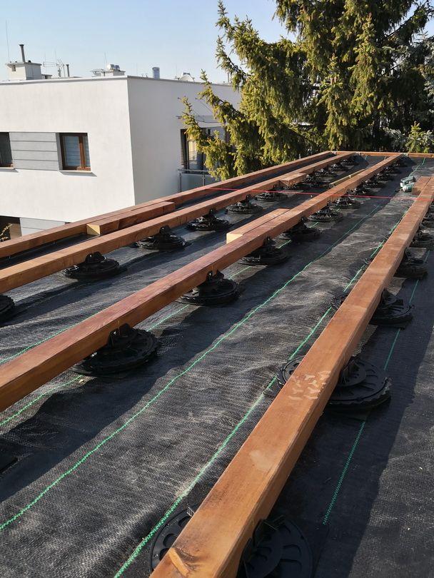drewniane legary na stopach regulowanych