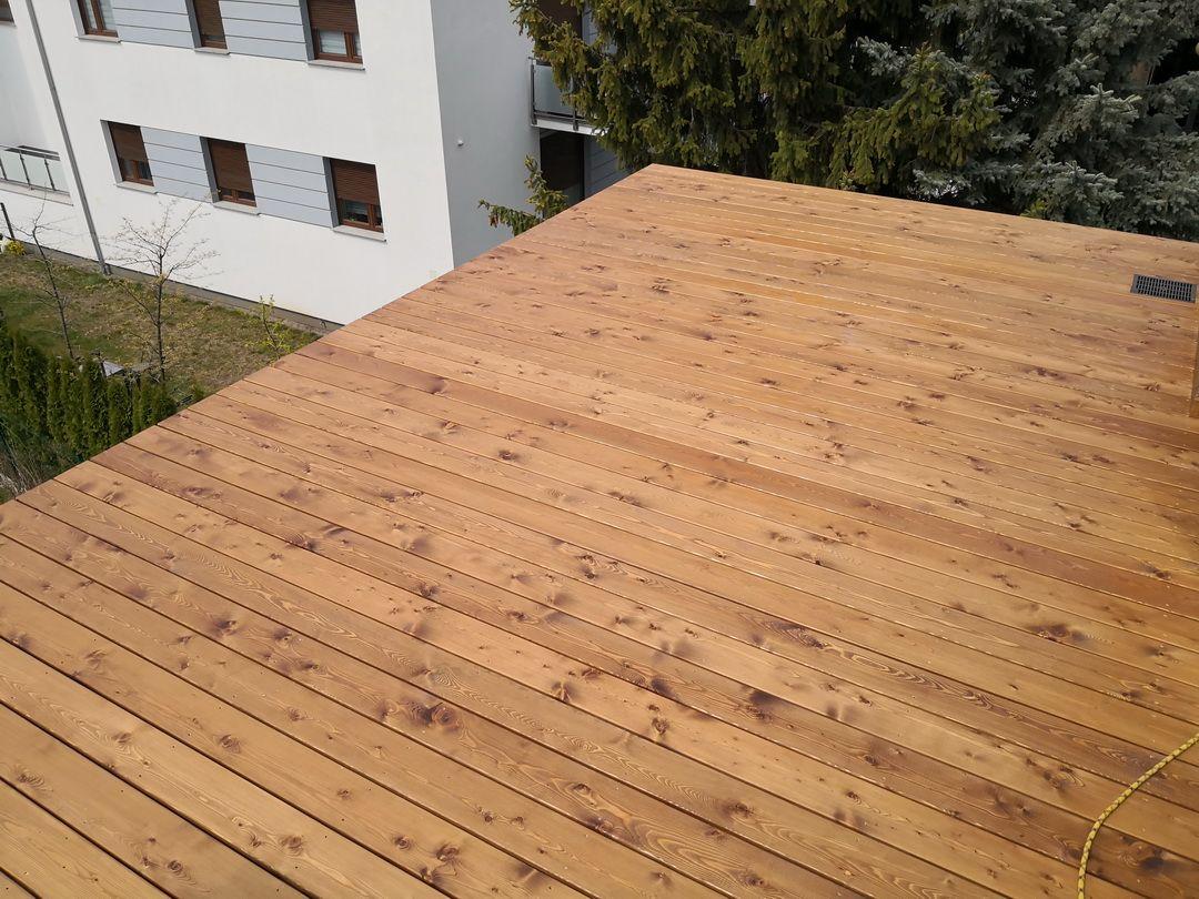 taras z modrzewia na dachu